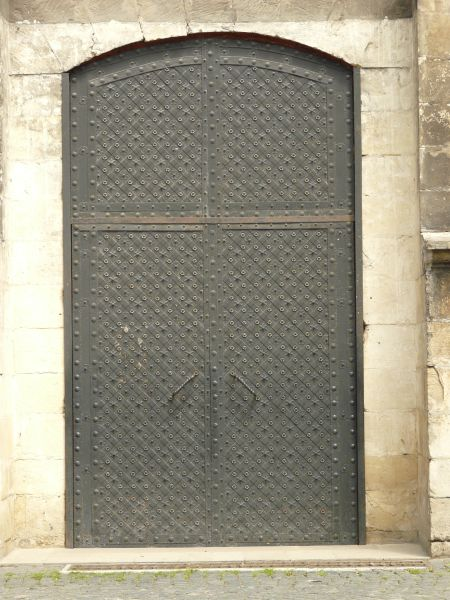 Superbe Heavy Dark Grey Metal Doors With Arching Top And Star And Circle Pattern  Engraved In Surface